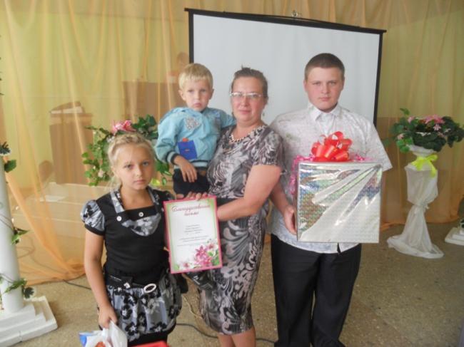 Лучшая многодетная семья года Дмитрия Юрьевича и Елены Юрьевны Поповых (дети Максим, Кристина, Матвей)